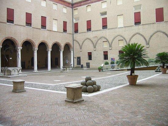 Castello Estense: Cortile interno dove avveniva la vita Sociale