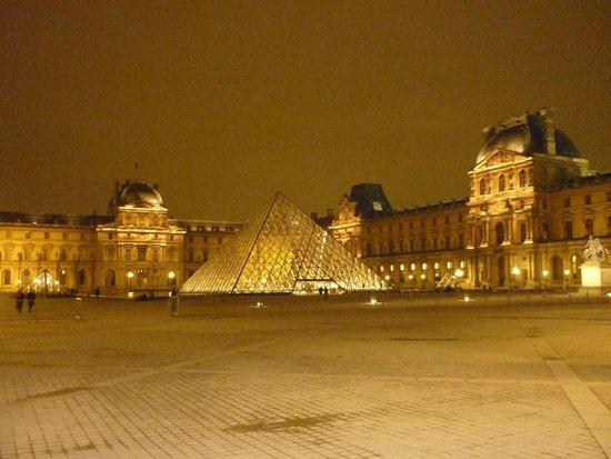 Paris by Night Illuminations bus tour : Museo del Louvre.