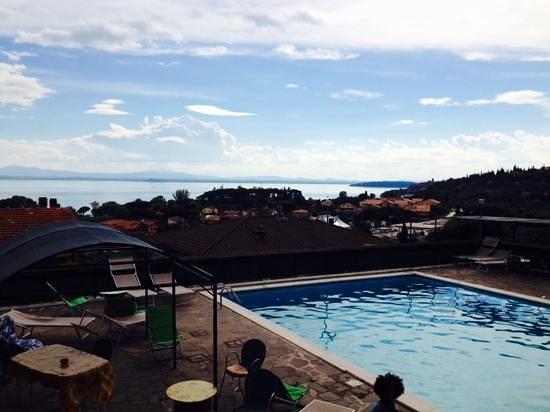 Hotel Cavalieri: La piscina sulla terrazza vista lago.