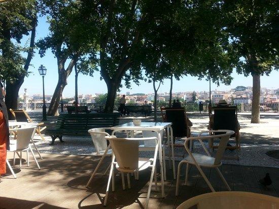 Miradouro São Pedro de Alcântara : à tester absolument pour un lunch: le petit café au bout de la place!