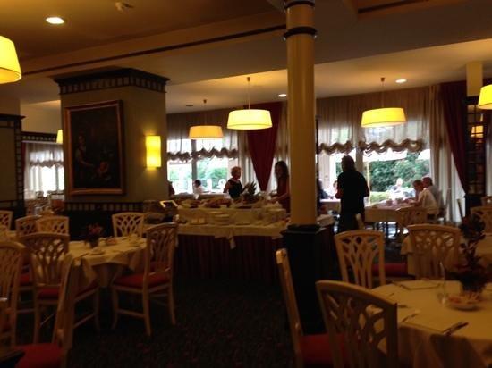 Hotel de la Paix: Breakfast buffet in here