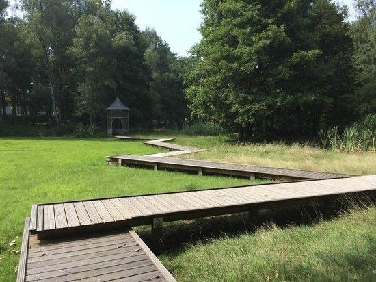La Butte Aux Bois Hostellerie : Garden around the Villa