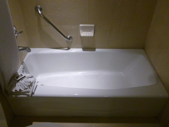 The Hotel Fullerton: Good and comfortable bathtub.