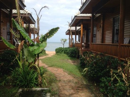 Baan Pakgasri Hideaway: landscaped area between two rows of bungalows