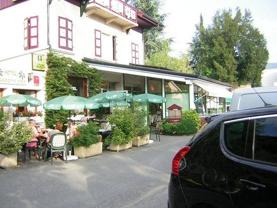 A L'Ombre Des Marronniers: le devant de l'hotel