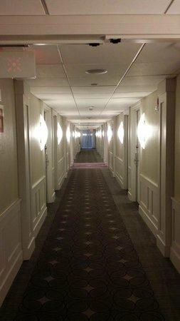 Crowne Plaza, Suffern: Hallway, bright, clean and modern