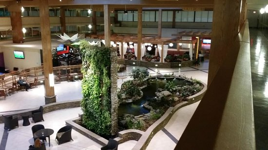 Crowne Plaza, Suffern: Koy Pond in the Lobby...huge fish!!