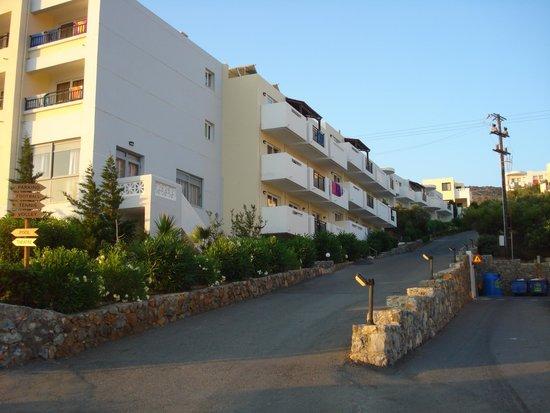 Mediterraneo Hotel: entrée de l'hôtel déjà en pente