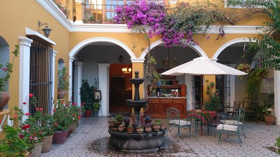 La Hosteria: Courtyard and entry to reception