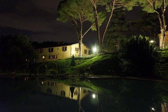 Villa Poggio di Gaville: Huset set fra poolen ved aftentid