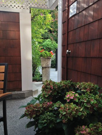 Best Western Plus Elm House Inn: Fountains and flowers in the courtyard make it very inviting.