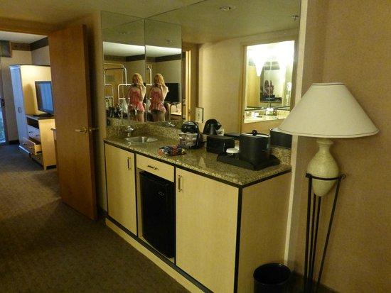 Embassy Suites by Hilton Convention Center Las Vegas: Wet Bar in Suite