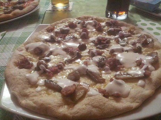 Pavona, İtalya: Pizza salsiccia, funghi e panna
