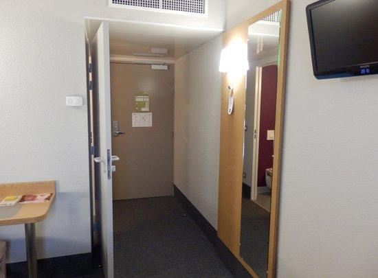 B&B Hôtel Grenoble Centre Alpexpo : L'entrée de la chambre côté chambre.