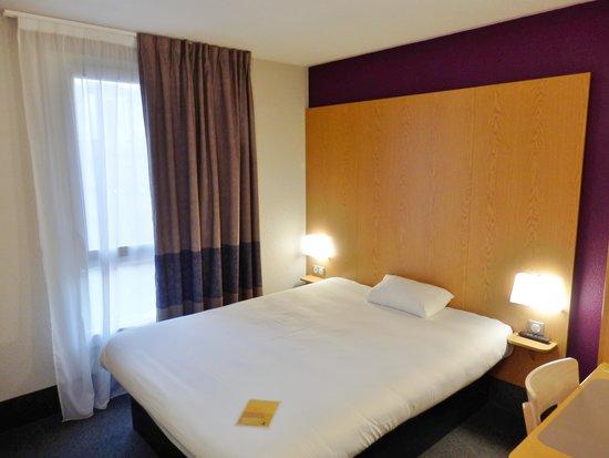 B&B Hôtel Grenoble Centre Alpexpo : La fenêtre et le lit.