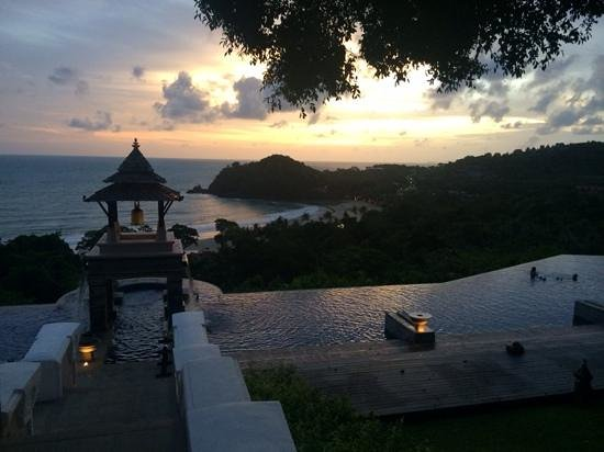 Pimalai Resort and Spa: Upper saline pool with gorgeous sunset views