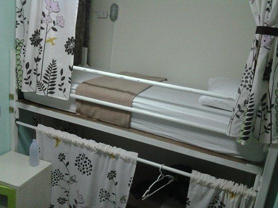 Kamin Bird Hostel: bed with curtain