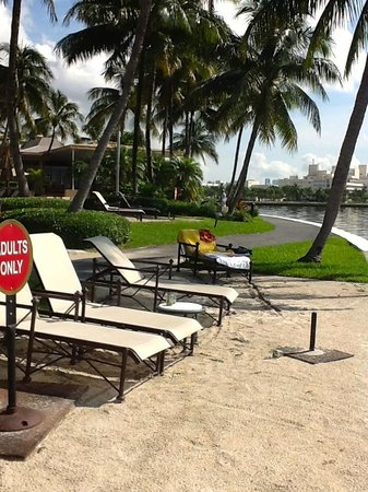 Palmeiras Beach Club at Grove Isle: Chaises in sun. No umbrella for stands.