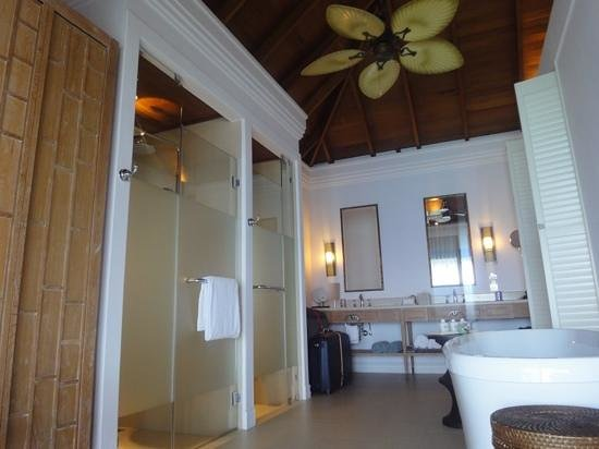 Dusit Thani Maldives: spacious bathroom
