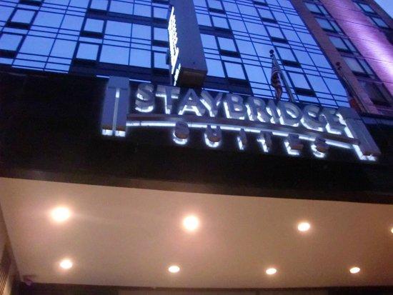 Staybridge Suites Times Square - New York City: panneau nom de l'hotel en façade