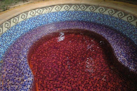 Sanya, China: Ванна с красным вином