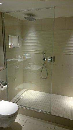 Cheval Three Quays: Bathroom