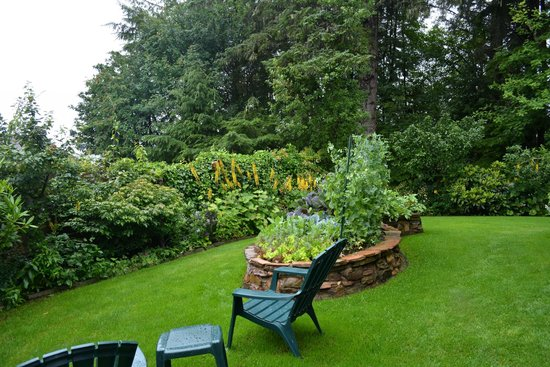 Zimovia Bed & Breakfast: Beautiful front yard and view from the windows of the Garnet Room