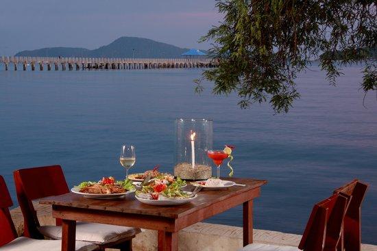 Nikitas Beach Restaurant : Romantic dinner on the beach