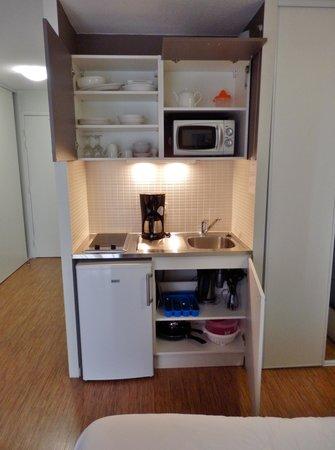 Appart'Hôtel Odalys Confluence : La kitchenette, meubles ouvert.
