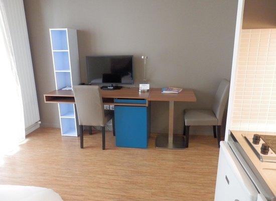 Appart'Hôtel Odalys Confluence : Le bureau et la télé.