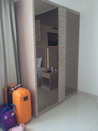 Kuta Angel Hotel: Wardrobe to keep your clothings
