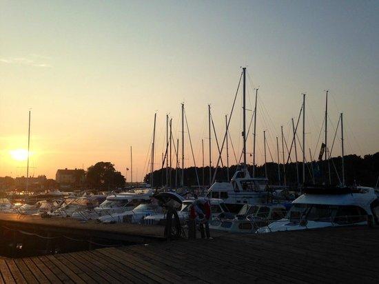 The Sandhamn Yacht Hotel: Kvällens utsikt från restaurangen.