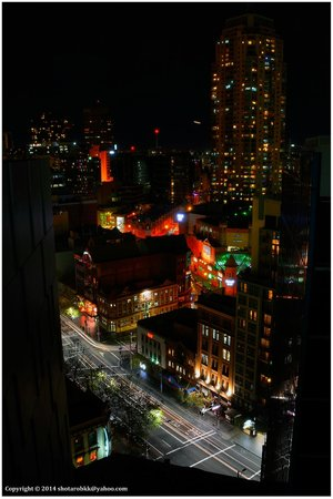 Meriton Suites Campbell Street, Sydney: Night view from the balcony