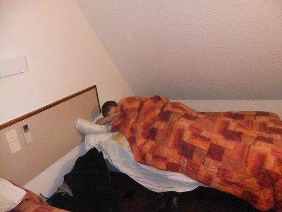 Hotel Estival-Arriel : espace entre le lit et le plafont