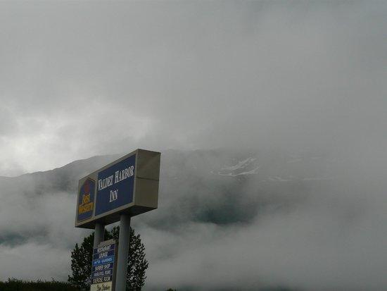 BEST WESTERN Valdez Harbor Inn: Early morning, mist and rain