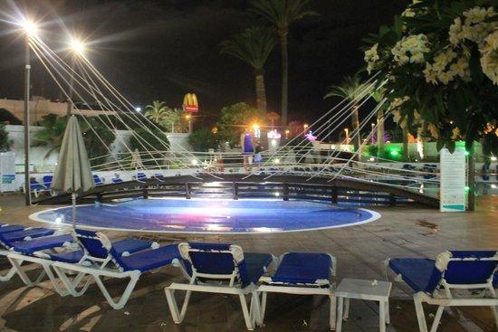 Hotel Troya: Puente de la piscina