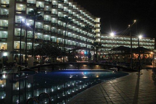 Hotel Troya: Hotel desde la piscina