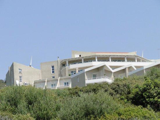 Proteas Blu Resort: Blick vom Strand zum Haupthaus mit Panorama Restaurant