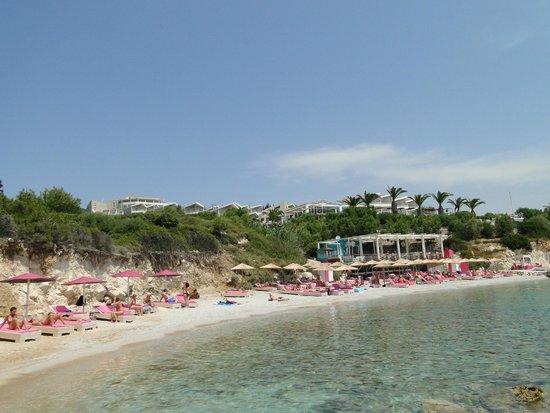 Proteas Blu Resort: Der Strand mit Cavo Pountes Beach Bar