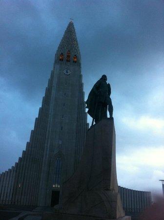 Église d'Hallgrimur (Hallgrimskirkja) : Church at midnight in July (no flash)