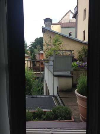 Hotel Schwarzer Adler: View onto courtyard and emergency exit