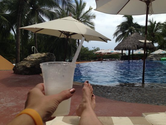 Embarc Zihuatanejo: Club Intrawest - hanging at the pool