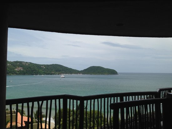 Embarc Zihuatanejo: Club Intrawest - overlooking the bay from the reception area