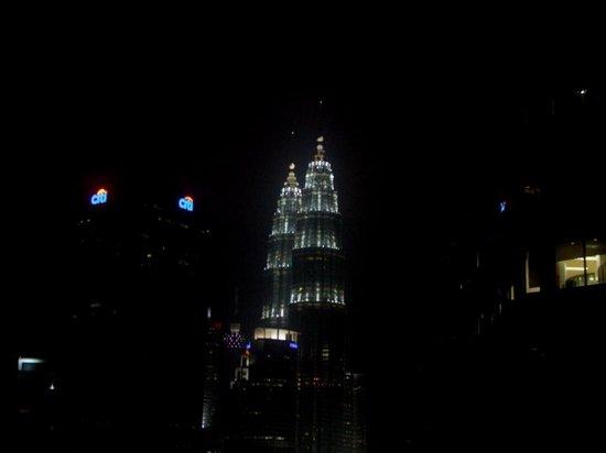 DoubleTree by Hilton Hotel Kuala Lumpur : ... petronas tower di lihat dari lorong di depan kamar 2217 ...