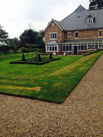 Parsonage Hotel & Spa: Garden view