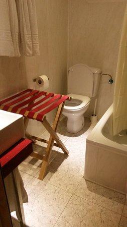 Hotel Caribbean Bay: abbiamo messo il porta valigie in bagno per appoggiare le cose mentre facevamo la doccia
