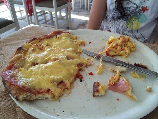 """Colosseo Pizzeria Grill House : Pizza hawaïenne médiocre: fromage élastique et jambon rose fuschia """"à la Tricatel"""""""