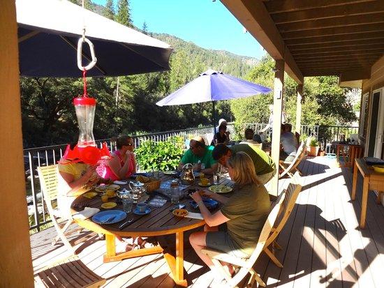 Yosemite Blue Butterfly Inn : Convivial breakfast setting