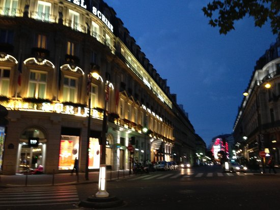 Hotel Scribe Paris Opera by Sofitel: 夜の外観