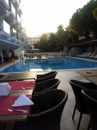 Hotel Emre: View of pool whilst dining in the evening
